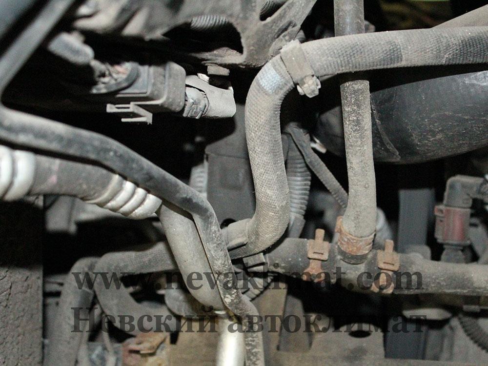 Ремонт трубки заднего контура кондиционера на автомобиле Volkswagen Touareg